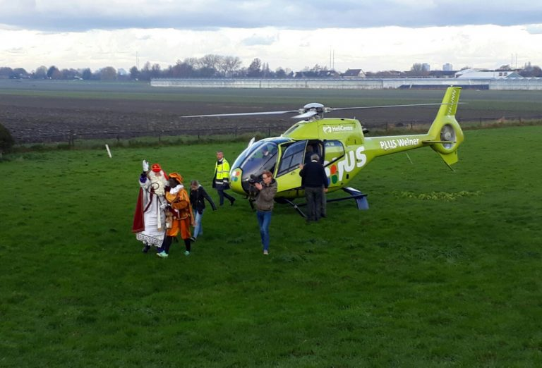 Sinterklaas arriveert per helikopter in Moerkapelle (video)