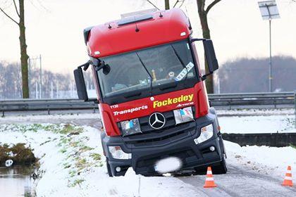 Vrachtwagen glijdt van derde tochtweg