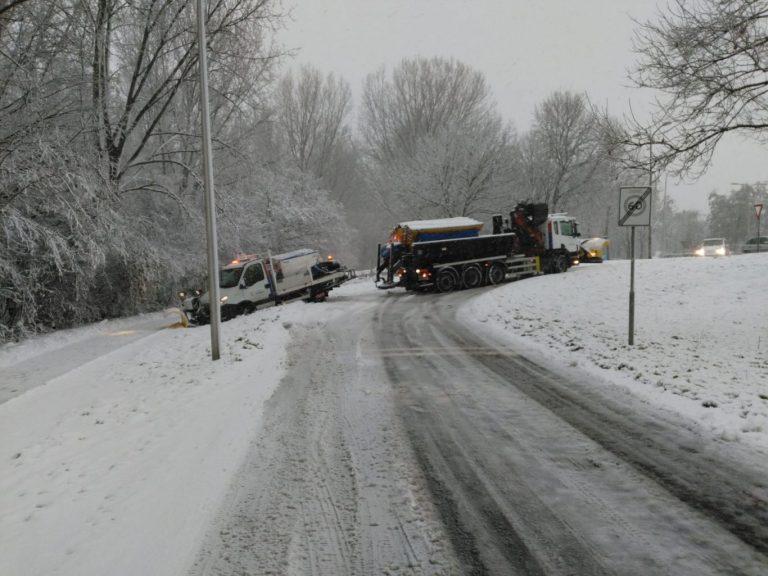 Strooiwagen glijdt van de weg in Nieuwerkerk