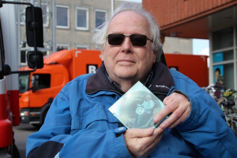 Staatssecretaris Van Ark ontvangt eerste scootmobiel-DVD van Piet Molenaar