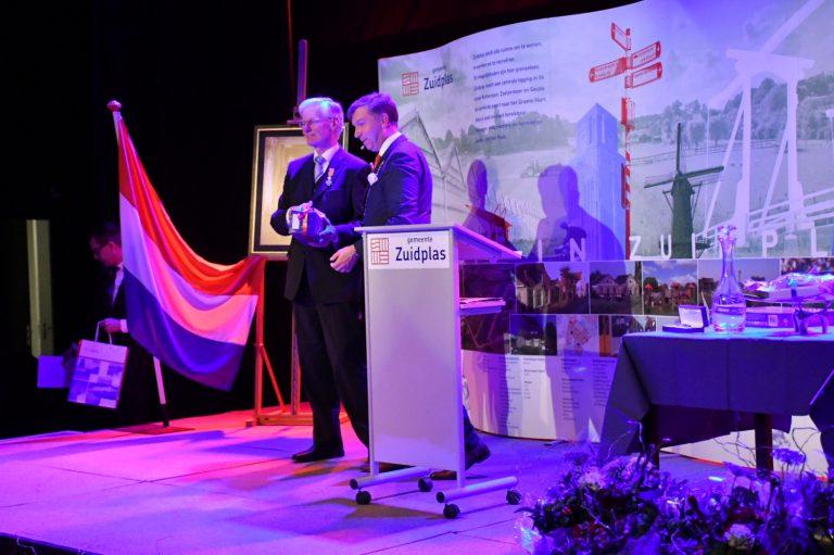 Aart Slobbe Koninklijk onderscheiden bij afscheid gemeenteraad Zuidplas