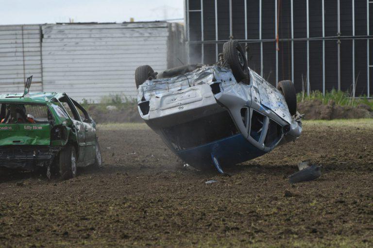 Koprollen, drukte, rondvliegende modder en veel sensatie bij autocross Zevenhuizen