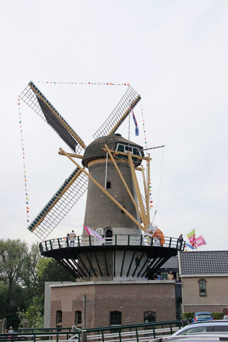 Winnaars fietstassen actie krijgen prijs bij molen Windlust