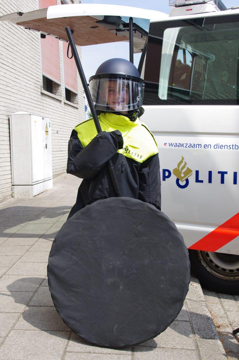 Kinderen in ME pak gehesen van de politie voor een foto tijdens Veiligheidsdag 2018