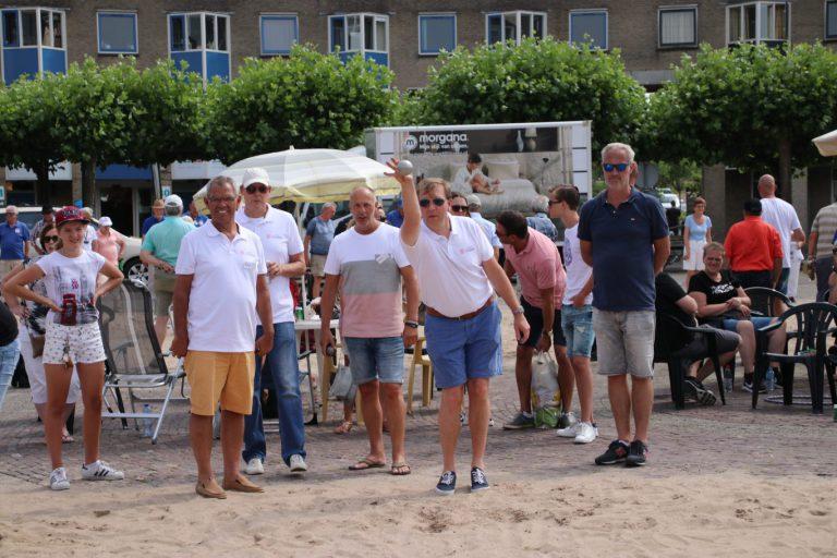 Bomvol en succesvol Jeu de Boules toernooi op Raadhuisplein