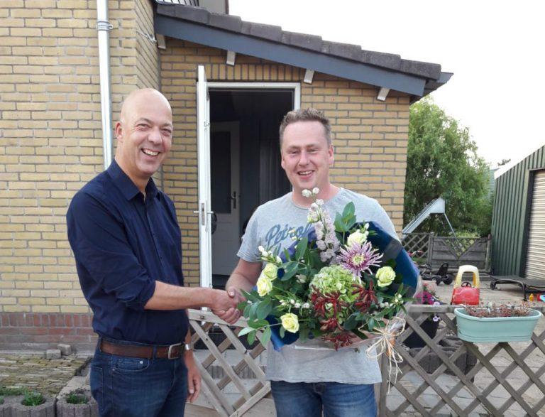 Henk zet zijn redder Alex in de bloemetjes