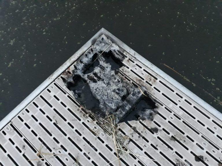 Vandalen stichten brand met riet op steiger aan de Rotte