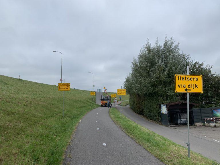 Oosteinde deels afgesloten, fietsers over de dijk