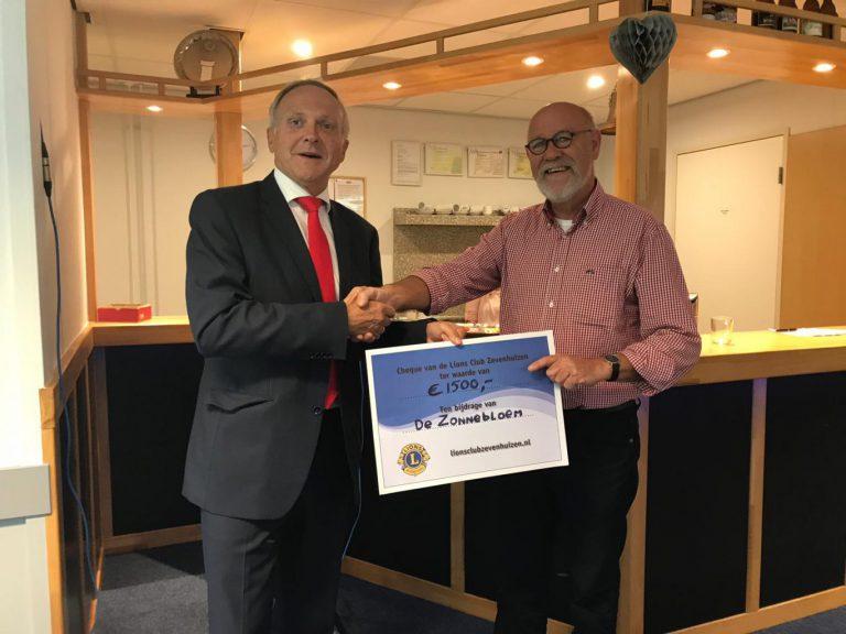 Lions club Zevenhuizen schenkt cheque aan de Zonnebloem