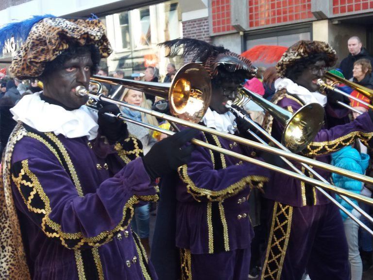 Volop gezelligheid bij intocht Sinterklaas met muziek Pieten in Gouda