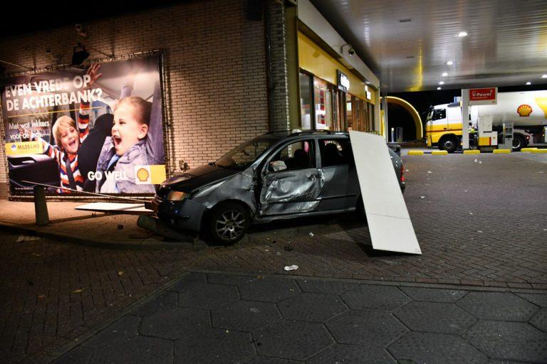 Auto ramt tankstation langs A20 bij Nieuwerkerk aan den IJssel