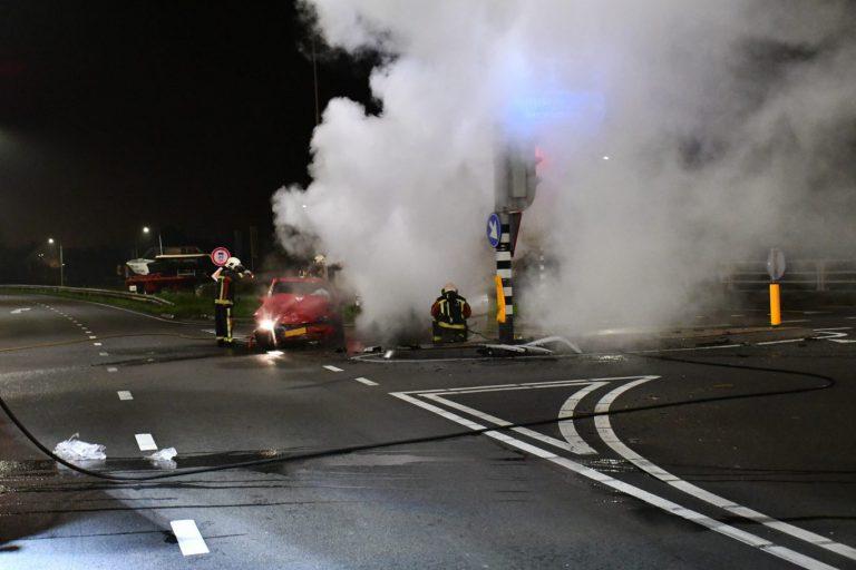 Auto vat vlam na zware aanrijding met drankrijder op Eerste Tochtweg in Nieuwerkerk aan den IJssel