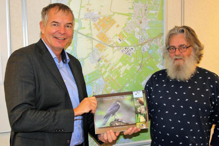 Rotta biedt kalender 'Natuur rond de Rotte' aan wethouder de Haas
