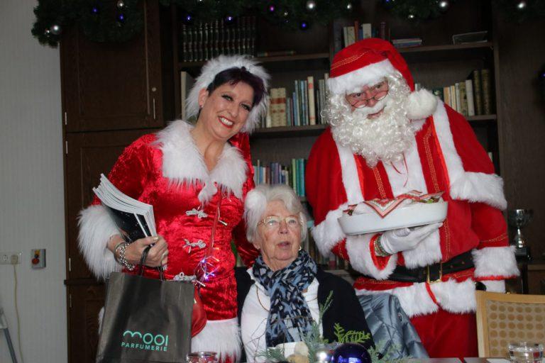 Bewoners Meander krijgen kerstman en kerstvrouw op bezoek tijdens warme maaltijd