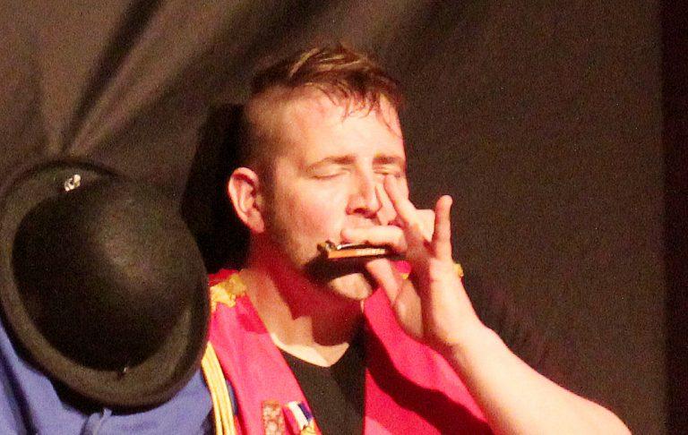 MOZ-art geeft korte cursus mondharmonica voor dummy's