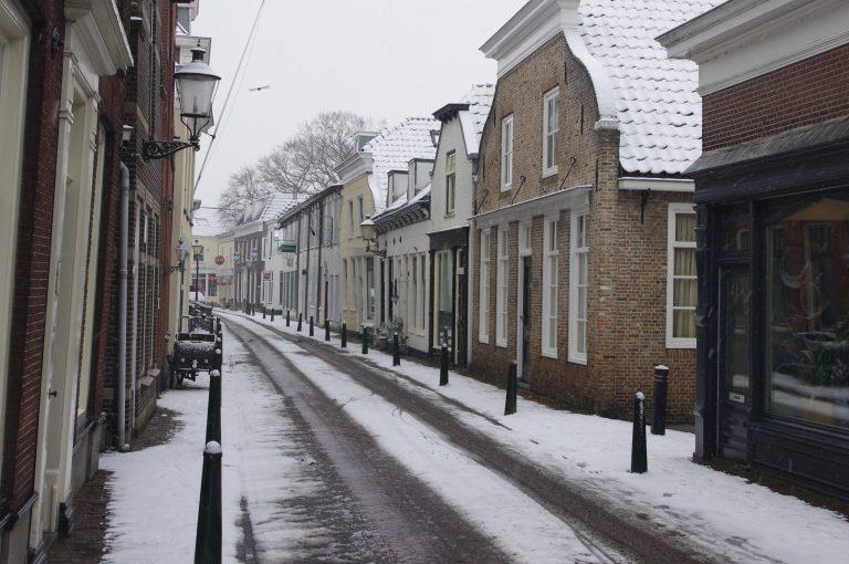 Dorpsstraat Moordrecht in de sneeuw