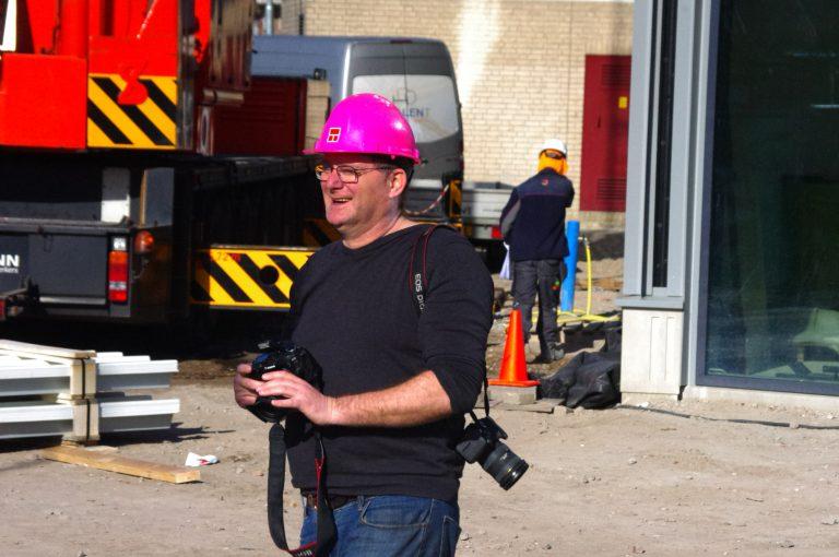 Fotograaf André Muller van Gouwe IJssel Nieuws in actie bij nieuwe gemeentehuis Zuidplas