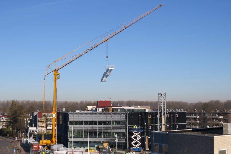 Dak eraf van het gemeentehuis in aanbouw voor inhijsen trappen