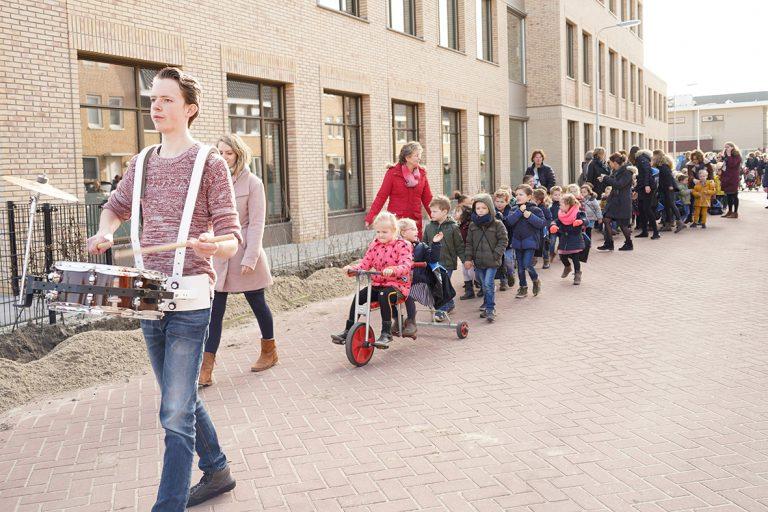 Optocht van de oude naar nieuwe school in Moerkapelle