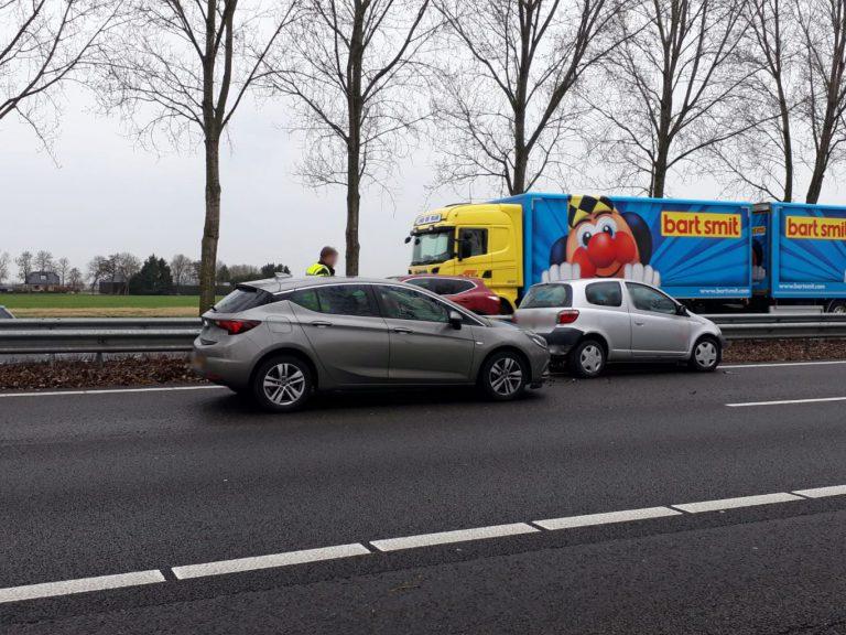 Automobiliste botst op vangrail en veroorzaakt anderhalf uur vertraging op A20