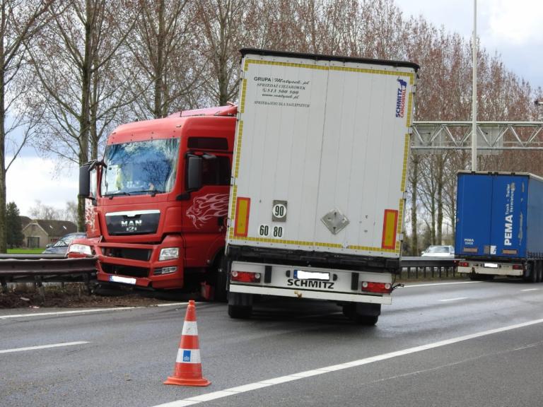Geschaarde vrachtwagen blokkeert A20 tussen Moordrecht en Nieuwerkerk