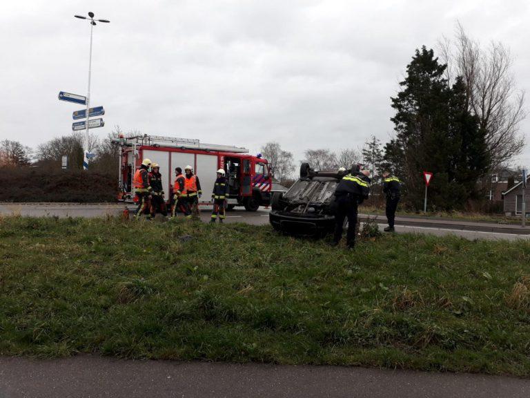 Auto op z'n kop op Schielandweg (N219) Nieuwerkerk