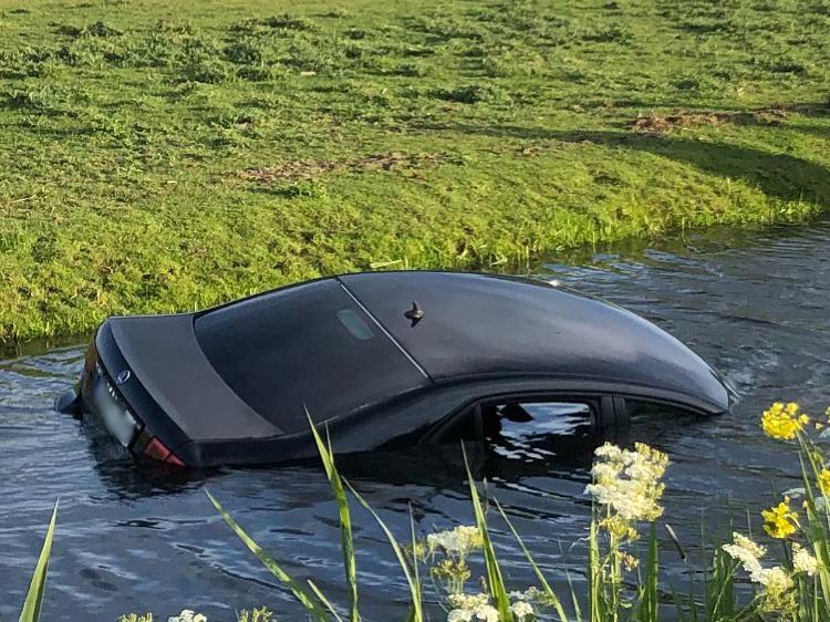 Auto belandt in de sloot op Zuidelijke Dwarsweg nabij de Middelweg in Moordrecht