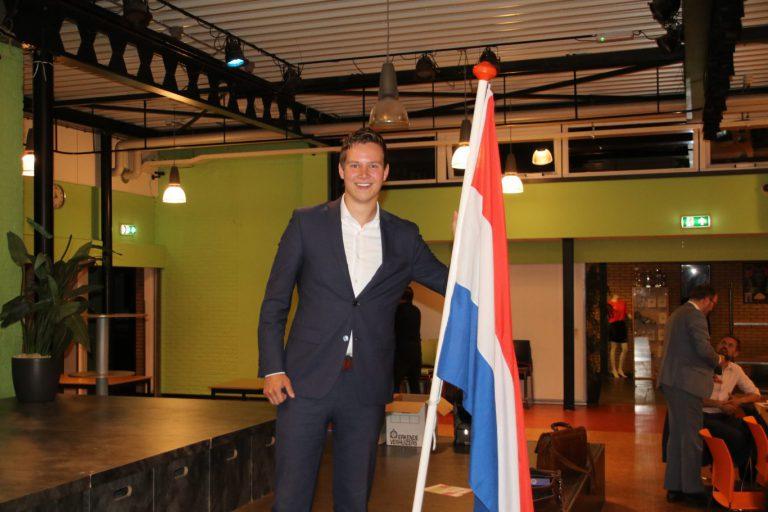 Nederlandse vlag nu voor altijd in de raadszaal