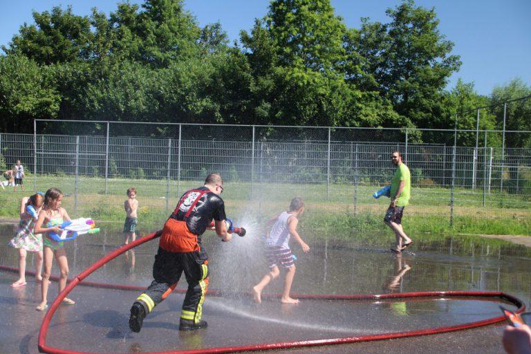 Watergevecht zorgt voor afkoeling in Nieuwerkerk