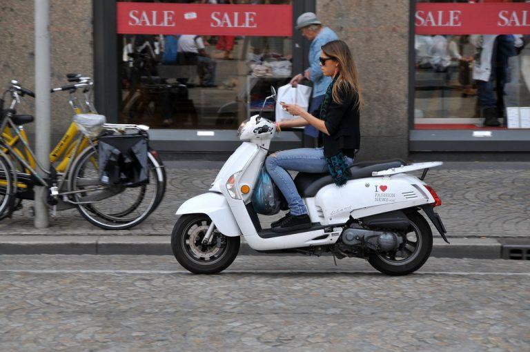 Vasthouden van mobiele elektronische apparatuur per 1 juli a.s. verboden voor bestuurders van alle voertuigen