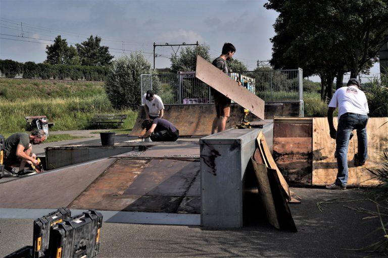 Jongeren ontwerpen en knappen skatebaan bij 't Blok op