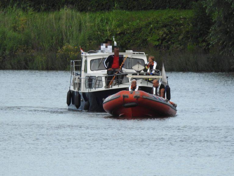 Jacht in nood gered door de brandweerboot