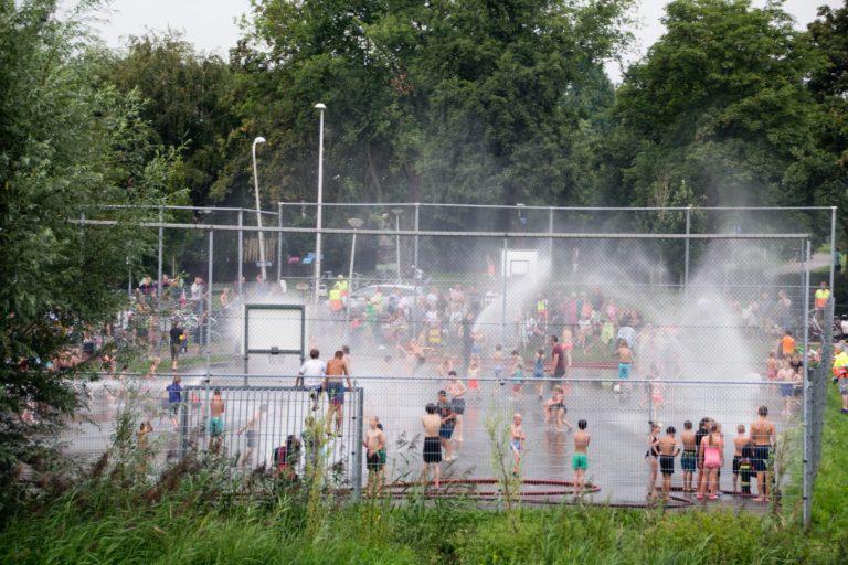 Jeugd Nieuwerkerk geniet van druk waterspektakel (VIDEO)
