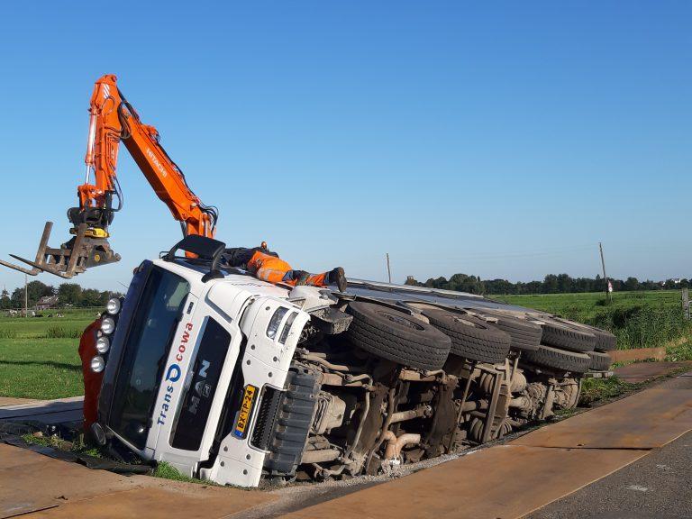 Vrachtwagen met asfalt in de sloot bij Spoorweglaan Moordrecht