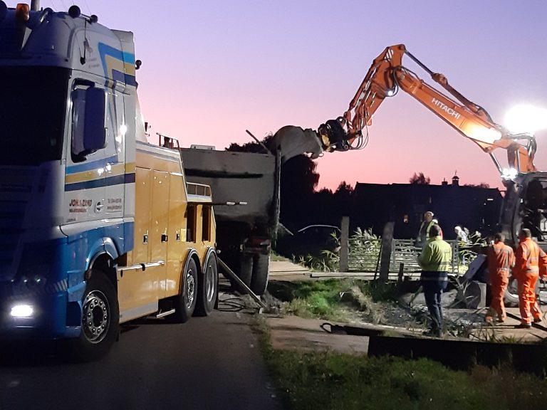 Berging vrachtwagen met asfalt in volle gang bij Spoorweglaan