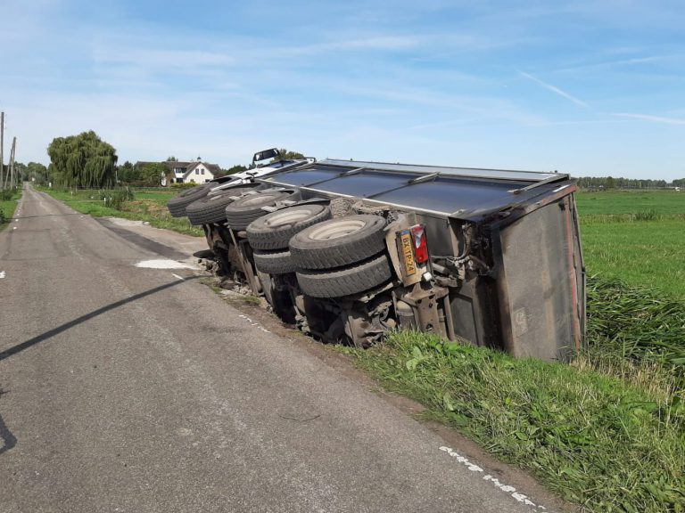 Vrachtwagen vol asfalt in sloot langs Spoorweglaan Moordrecht