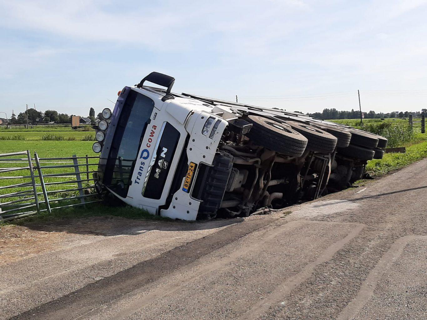 ongeval vrachtwagen in sloot