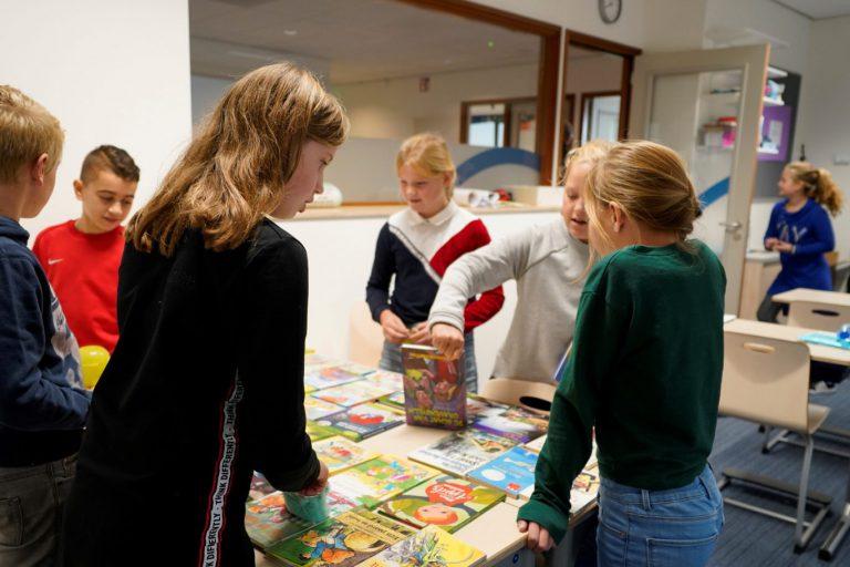 Verkoop van boeken tijdens kinderboekenweek in Moerkapelle