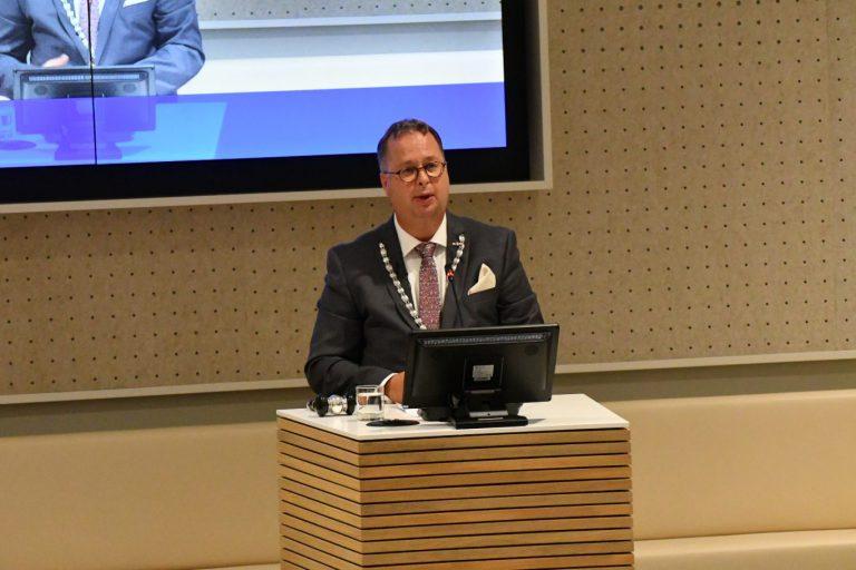 Burgemeester Weber: afstand houden, afstand houden, afstand houden! (+video)