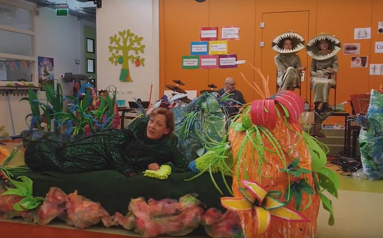 Theatergroep TVI brengt zeevervuiling humoristisch en swingend in beeld (video)