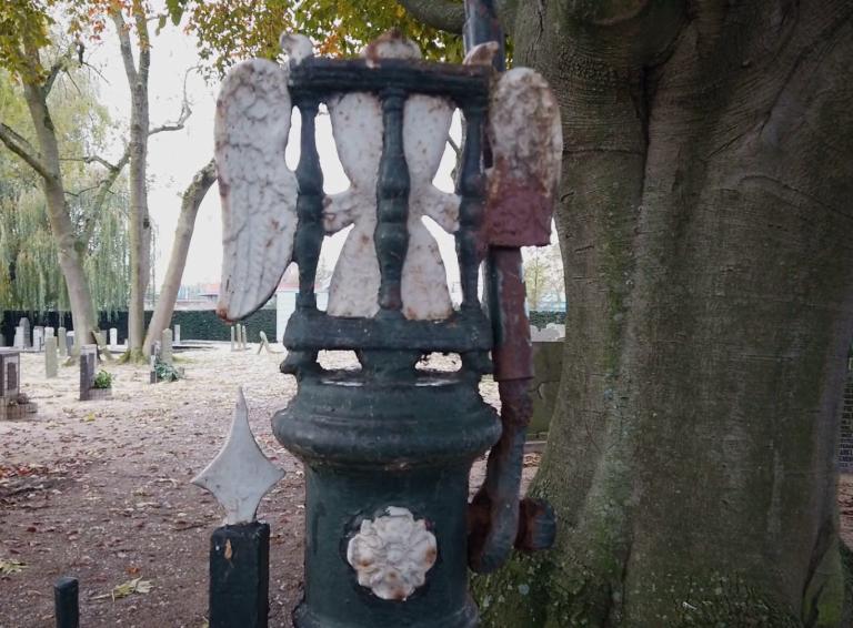 Gemeente belooft voor zoveelste keer renovatie hek begraafplaats