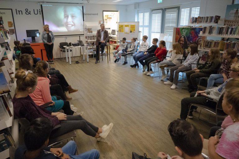 Burgemeester Weber praat met kinderen over  mediawijsheid