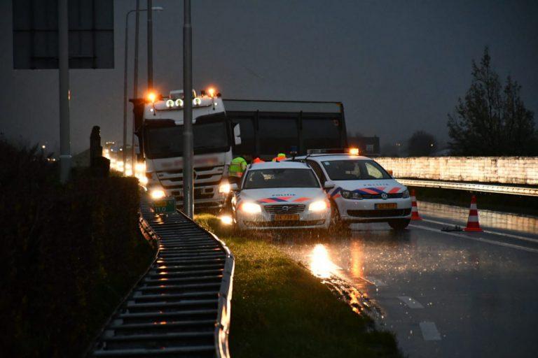Vastzittende vrachtwagen veroorzaakt files op N219 bij Zevenhuizen