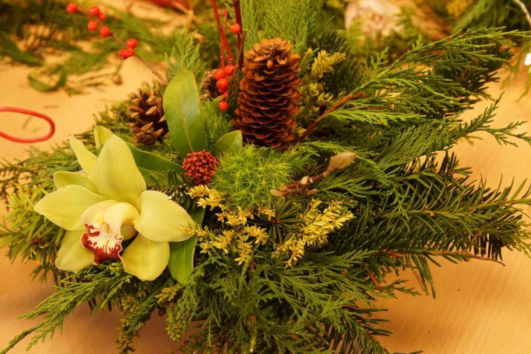 Zonnebloem Nieuwerkerk maakt kerststukjes met vrijwilligers