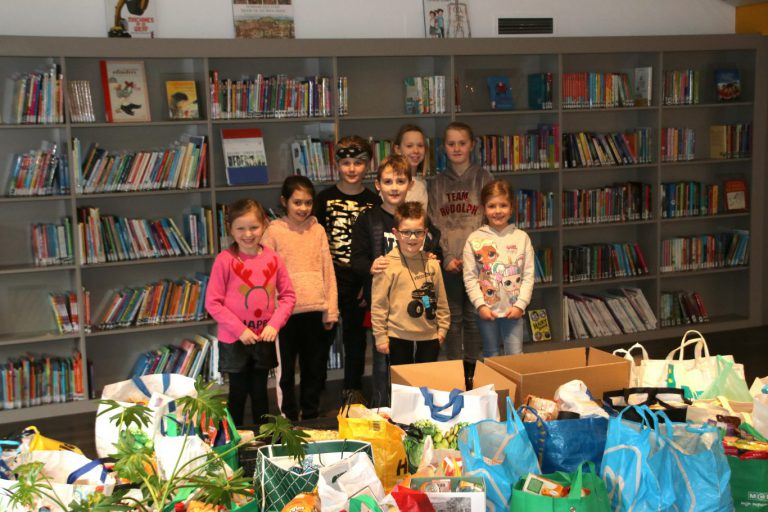Leerlingen PWA zamelen enorm veel tassen in voor boodschappen inzameling Rob van Lopik