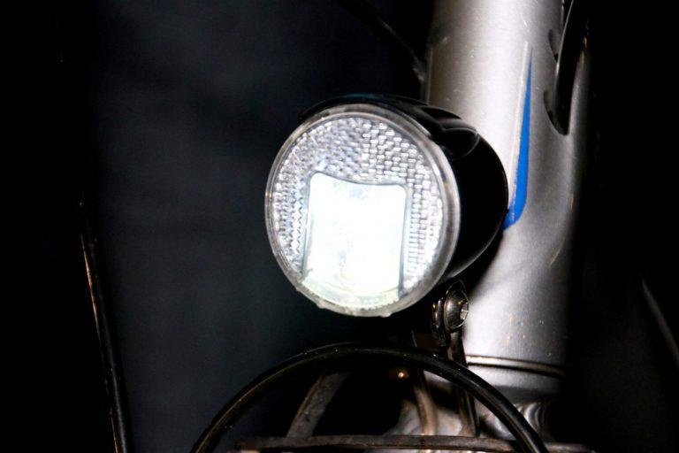 Wethouder Schuurman helpt VVN Zuidplas met controle fietsverlichting