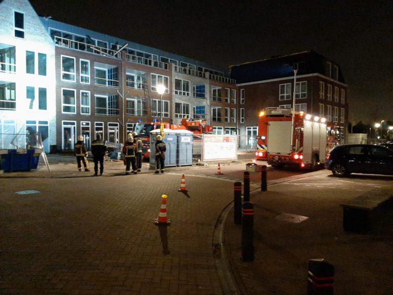 Bouwmaterialen waaien van dak centrum Zevenhuizen