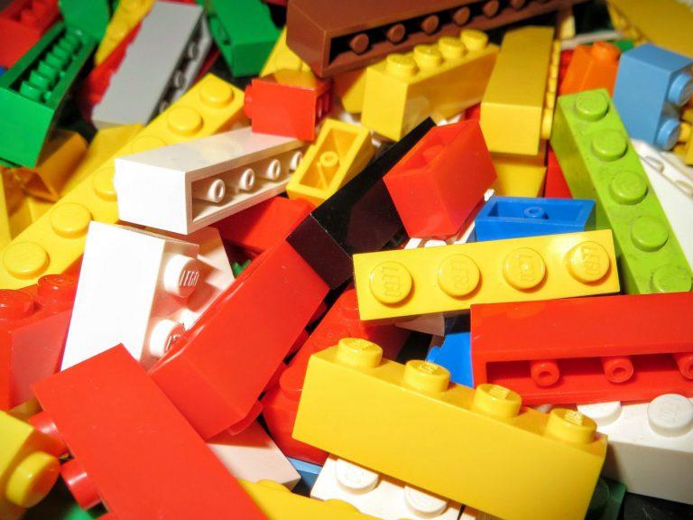 Bouwen aan een LEGO school tijdens de staking