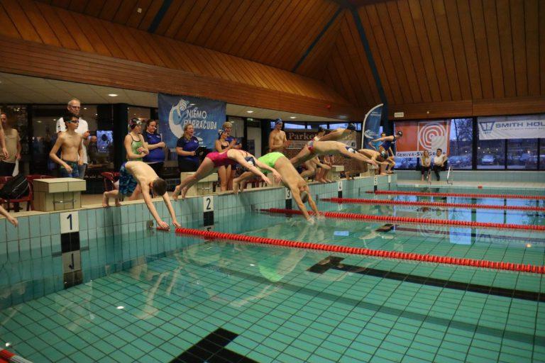 Barracuda start jubileumjaar met zwemmarathon; opbrengst € 5.037,86 voor Gemiva (+video)