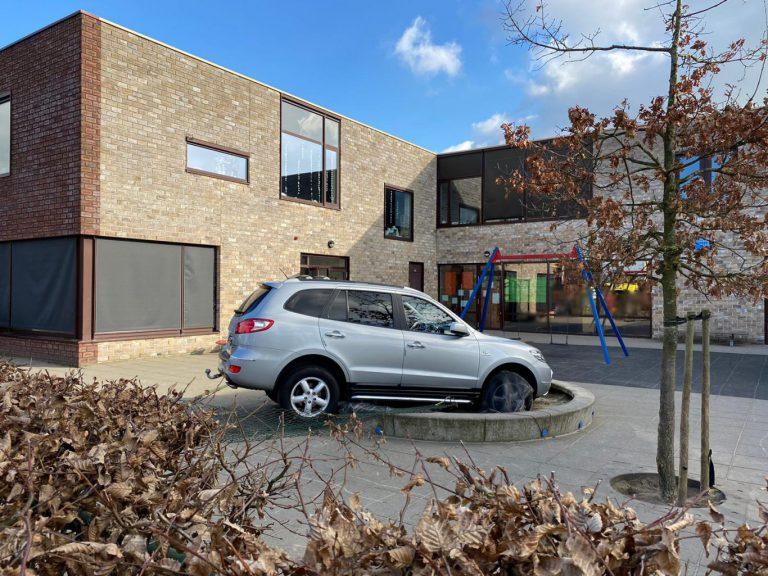 Auto rijdt schoolplein op: spelend kindje zwaar gewond in Nieuwerkerk